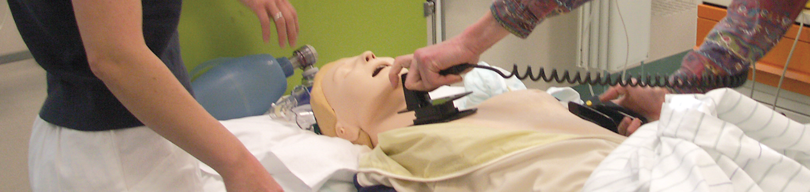 Defibrillation an einer Trainingspuppe